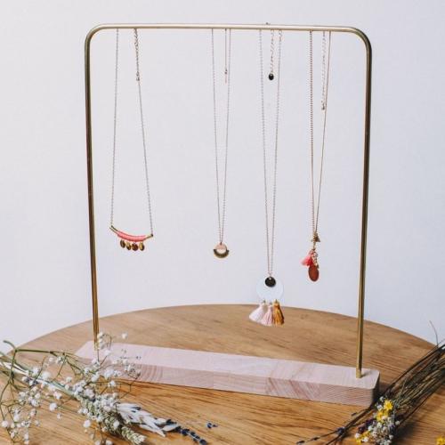 Kilda   Porte collier de face   38cm   Laiton et hêtre