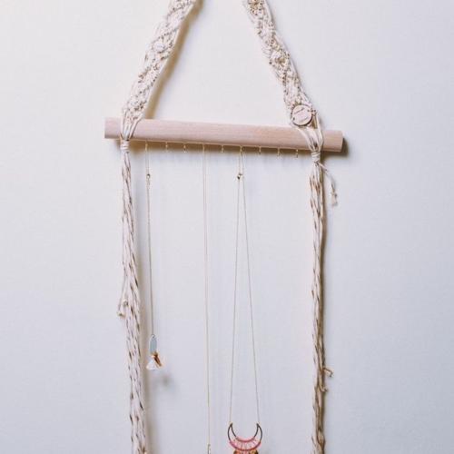 Porte collier | Macramé et bois de hêtre | Écru et doré