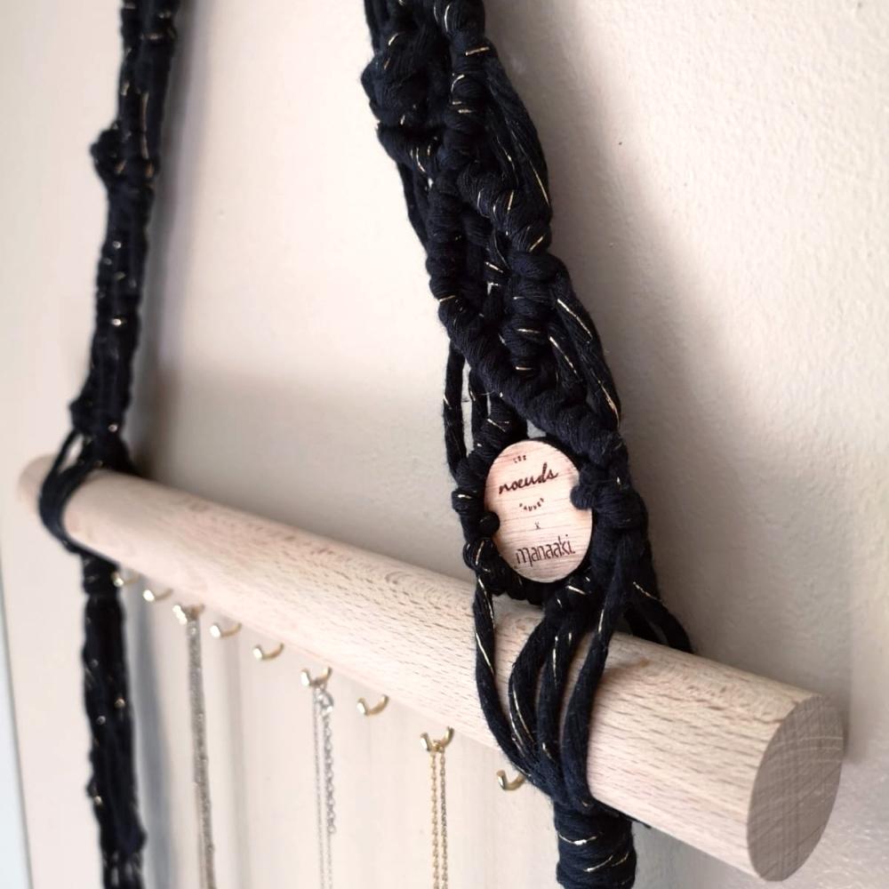 Porte collier | Macramé et bois de hêtre | Noir et doré